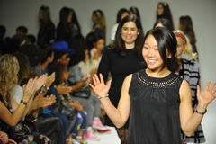 NEW YORK, NY - 18 DE OUTUBRO: Caminhadas que de Ashley Chang do desenhista a pista de decolagem durante os ministros inspeciona n Fotos de Stock Royalty Free