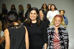 NEW YORK, NY - 18 DE OUTUBRO: Desenhista Danielle Molina (L) anda a pista de decolagem com um modelo durante a estreia dos minist Fotos de Stock