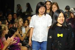 NEW YORK, NY - 18 DE OUTUBRO: Lee de Hyunjoo dos desenhistas (R) e Erica Kim andam a pista de decolagem com modelos Imagem de Stock Royalty Free