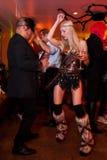 NEW YORK, NY - 31 DE OUTUBRO: Os convidados nos trajes mascaraed que levantam na forma Party durante o evento de Dia das Bruxas Foto de Stock Royalty Free