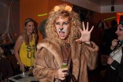 NEW YORK, NY - 31 DE OUTUBRO: Os convidados nos trajes mascaraed que levantam na forma Party durante o evento de Dia das Bruxas Fotos de Stock