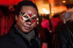 NEW YORK, NY - 31 DE OUTUBRO: Os convidados nos trajes mascaraed que levantam na forma Party durante o evento de Dia das Bruxas Fotos de Stock Royalty Free