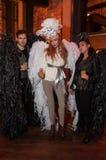 NEW YORK, NY - 31 DE OUTUBRO: Os convidados nos trajes mascaraed que levantam na forma Party durante o evento de Dia das Bruxas Imagens de Stock Royalty Free
