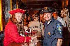 NEW YORK, NY - 31 DE OUTUBRO: Os convidados nos trajes mascaraed que levantam na forma Party durante o evento de Dia das Bruxas Foto de Stock