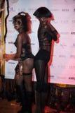 NEW YORK, NY - 31 DE OUTUBRO: Os convidados nos trajes mascaraed que levantam na forma Party durante o evento de Dia das Bruxas Fotografia de Stock Royalty Free