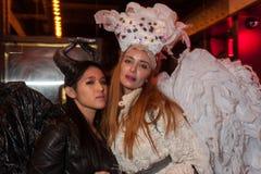 NEW YORK, NY - 31 DE OUTUBRO: Os convidados nos trajes mascaraed que levantam na forma Party durante o evento de Dia das Bruxas Fotografia de Stock
