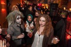 NEW YORK, NY - 31 DE OUTUBRO: Os convidados nos trajes mascaraed que levantam na forma Party durante o evento de Dia das Bruxas Imagem de Stock
