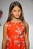 NEW YORK, NY - 19 DE OUTUBRO: Um modelo anda a pista de decolagem durante a estreia da roupa do Aria Children na semana de moda d Imagens de Stock Royalty Free