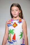 NEW YORK, NY - 19 DE OUTUBRO: Um modelo anda a pista de decolagem durante a estreia da roupa do Aria Children na semana de moda d Imagem de Stock Royalty Free