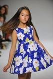 NEW YORK, NY - 19 DE OUTUBRO: Um modelo anda a pista de decolagem durante a estreia da roupa do Aria Children na semana de moda d Fotos de Stock
