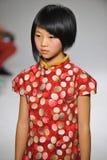 NEW YORK, NY - 19 DE OUTUBRO: Um modelo anda a pista de decolagem durante a estreia da roupa do Aria Children na semana de moda d Foto de Stock Royalty Free