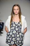 NEW YORK, NY - 19 DE OUTUBRO: Um modelo anda a pista de decolagem durante a estreia de Bonnie Young na semana de moda das criança Imagem de Stock Royalty Free
