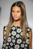 NEW YORK, NY - 19 DE OUTUBRO: Um modelo anda a pista de decolagem durante a estreia de Bonnie Young na semana de moda das criança Fotografia de Stock Royalty Free