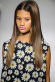 NEW YORK, NY - 19 DE OUTUBRO: Um modelo anda a pista de decolagem durante a estreia de Bonnie Young na semana de moda das criança Fotos de Stock Royalty Free