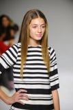 NEW YORK, NY - 19 DE OUTUBRO: Um modelo anda a pista de decolagem durante a estreia de Bonnie Young na semana de moda das criança Foto de Stock Royalty Free