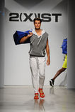 NEW YORK, NY - 21 DE OUTUBRO: Um modelo anda a pista de decolagem durante o desfile de moda de 2 (X) homens das ISTs Foto de Stock