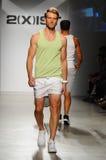 NEW YORK, NY - 21 DE OUTUBRO: Um modelo anda a pista de decolagem durante o desfile de moda de 2 (X) homens das ISTs Fotos de Stock