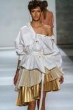 NEW YORK, NY - 5 DE SETEMBRO: Aloysha Kovalyova modelo anda a pista de decolagem no desfile de moda de Zimmermann Fotos de Stock Royalty Free