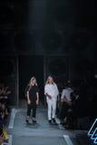 NEW YORK, NY - 9 DE SETEMBRO: Caminhada dos desenhistas Katie Hillier e do Luelle Bartley a pista de decolagem no desfile de moda Imagens de Stock