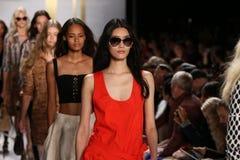 NEW YORK, NY - 8 DE SETEMBRO: Caminhada dos modelos o final da pista de decolagem durante o desfile de moda de Diane Von Furstenbe Imagem de Stock