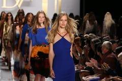 NEW YORK, NY - 8 DE SETEMBRO: Caminhada dos modelos o final da pista de decolagem durante o desfile de moda de Diane Von Furstenbe Imagens de Stock