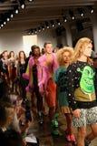 NEW YORK, NY - 10 DE SETEMBRO: Caminhada dos modelos o final da pista de decolagem no desfile de moda de Jeremy Scott Imagens de Stock