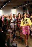 NEW YORK, NY - 10 DE SETEMBRO: Caminhada dos modelos o final da pista de decolagem no desfile de moda de Jeremy Scott Fotografia de Stock Royalty Free