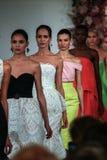 NEW YORK, NY - 9 DE SETEMBRO: Caminhada dos modelos o final da pista de decolagem no desfile de moda de Oscar De La Renta Fotografia de Stock