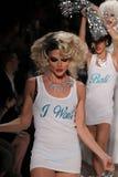 NEW YORK, NY - 10 DE SETEMBRO: Caminhada dos modelos a pista de decolagem no desfile de moda 2015 de Betsey Johnson Spring Foto de Stock