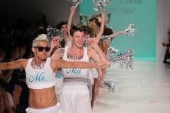 NEW YORK, NY - 10 DE SETEMBRO: Caminhada dos modelos a pista de decolagem no desfile de moda 2015 de Betsey Johnson Spring Fotos de Stock Royalty Free