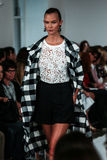 NEW YORK, NY - 9 DE SETEMBRO: Caminhadas de Karlie Kloss a pista de decolagem no desfile de moda de Oscar De La Renta Fotos de Stock