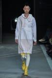NEW YORK, NY - 9 DE SETEMBRO: Caminhadas modelo de So Ra Choi a pista de decolagem no desfile de moda de Marc By Marc Jacobs Imagens de Stock Royalty Free