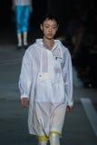 NEW YORK, NY - 9 DE SETEMBRO: Caminhadas modelo de So Ra Choi a pista de decolagem no desfile de moda de Marc By Marc Jacobs Imagem de Stock