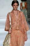 NEW YORK, NY - 5 DE SETEMBRO: Carly Moore modelo anda a pista de decolagem no desfile de moda de Zimmermann Fotografia de Stock