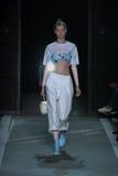 NEW YORK, NY - 9 DE SETEMBRO: Carolin Loosen modelo anda a pista de decolagem no desfile de moda de Marc By Marc Jacobs Imagens de Stock Royalty Free