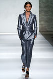 NEW YORK, NY - 5 DE SETEMBRO: Carolina Thaler modelo anda a pista de decolagem no desfile de moda de Zimmermann Imagens de Stock