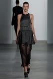 NEW YORK, NY - 11 DE SETEMBRO: Elena Peter modelo anda a pista de decolagem no desfile de moda de Calvin Klein Collection Imagens de Stock