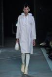 NEW YORK, NY - 9 DE SETEMBRO: Issa Lish modelo anda a pista de decolagem no desfile de moda de Marc By Marc Jacobs Imagens de Stock Royalty Free