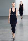 NEW YORK, NY - 11 DE SETEMBRO: Jo Molenaar modelo anda a pista de decolagem no desfile de moda de Calvin Klein Collection Foto de Stock