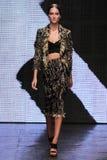 NEW YORK, NY - 8 DE SETEMBRO: Josephine Le Tutour modelo anda a pista de decolagem na coleção de Donna Karan Spring 2015 Imagens de Stock Royalty Free