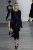 NEW YORK, NY - 11 DE SETEMBRO: Julia Bergshoeff modelo anda a pista de decolagem no desfile de moda de Calvin Klein Collection Fotografia de Stock