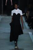 NEW YORK, NY - 9 DE SETEMBRO: Kai Newman modelo anda a pista de decolagem no desfile de moda de Marc By Marc Jacobs Imagens de Stock Royalty Free