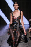 NEW YORK, NY - 8 DE SETEMBRO: Kati Nescher modelo anda a pista de decolagem no desfile de moda 2015 de Donna Karan Spring Fotografia de Stock