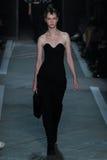 NEW YORK, NY - 9 DE SETEMBRO: Lena Sparrow Vorobeva modelo anda a pista de decolagem no desfile de moda de Marc By Marc Jacobs Imagens de Stock Royalty Free