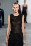 NEW YORK, NY - 11 DE SETEMBRO: Maartje Verhoef modelo anda a pista de decolagem no desfile de moda de Calvin Klein Collection Imagens de Stock Royalty Free