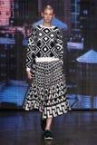 NEW YORK, NY - 7 DE SETEMBRO: Nastya Sten modelo anda a pista de decolagem na coleção da forma da mola 2015 de DKNY Imagens de Stock