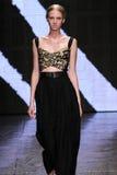 NEW YORK, NY - 8 DE SETEMBRO: Nastya Sten modelo anda a pista de decolagem no desfile de moda 2015 de Donna Karan Spring Imagem de Stock Royalty Free