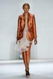 NEW YORK, NY - 5 DE SETEMBRO: Natasha Remarchuk modelo anda a pista de decolagem no desfile de moda de Zimmermann imagem de stock royalty free