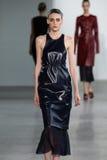 NEW YORK, NY - 11 DE SETEMBRO: Serena Archetti modelo anda a pista de decolagem no desfile de moda de Calvin Klein Collection Imagem de Stock