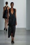 NEW YORK, NY - 11 DE SETEMBRO: Tami Williams modelo anda a pista de decolagem no desfile de moda de Calvin Klein Collection Imagem de Stock